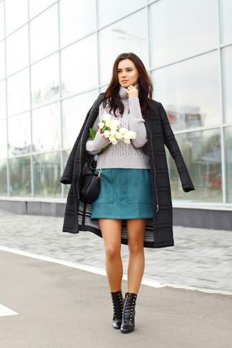 Comment porter: manteau noir, pull à col roulé en tricot gris, minijupe bleu canard, bottines à lacets en cuir noires