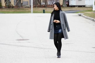 Comment porter: manteau gris, pull à col roulé bleu, minijupe en denim bleu marine, bottines en cuir noires