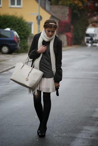 Comment porter des jambières: Marie un manteau gris foncé avec des jambières pour une impression décontractée.