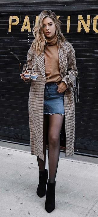 Comment porter: manteau à carreaux marron, pull à col roulé en laine marron clair, minijupe en denim bleue, bottines en daim noires