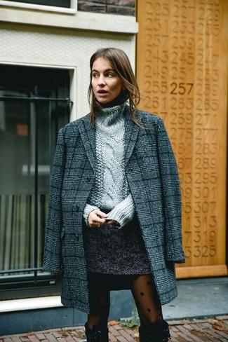 Comment porter: manteau écossais gris foncé, pull à col roulé en tricot gris, minijupe en tweed gris foncé, bottes hauteur genou en daim noires