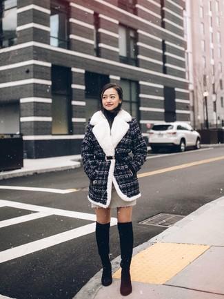Comment porter: manteau en tweed gris foncé, pull à col roulé noir, minijupe beige, cuissardes en daim noires