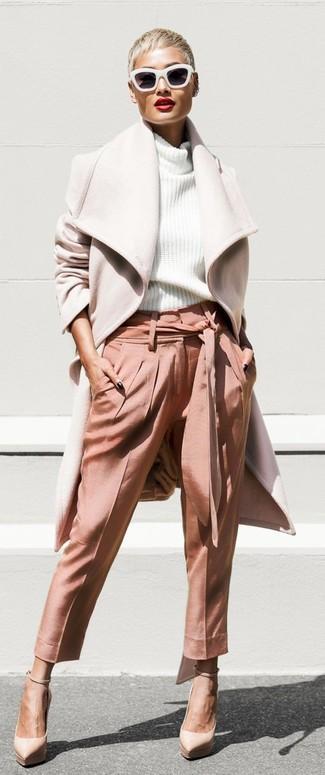Comment porter: manteau beige, pull à col roulé en tricot blanc, pantalon carotte rose, escarpins en cuir beiges