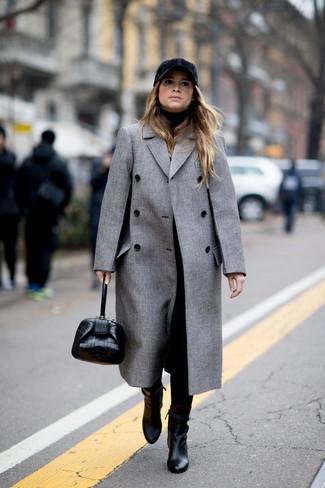 Comment porter: manteau gris, pull à col roulé noir, pantalon carotte noir, bottines en cuir noires