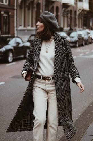 Comment porter: manteau en pied-de-poule noir et blanc, pull à col roulé blanc, pantalon chino beige, pochette en cuir marron foncé
