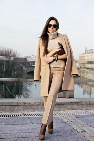 Comment porter: manteau marron clair, pull à col roulé marron clair, pantalon de costume marron clair, escarpins en daim marron foncé