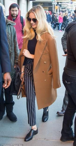 Comment porter: manteau marron, pull à col roulé noir, pantalon de costume à rayures verticales bleu marine, chaussures richelieu en cuir noires