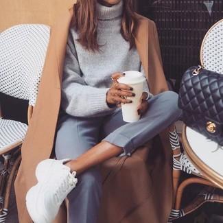 Comment porter: manteau marron clair, pull à col roulé en laine gris, pantalon de costume gris, chaussures de sport blanches