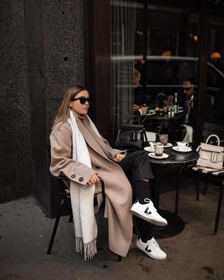 Comment porter: manteau beige, pull à col roulé beige, pantalon de costume noir, baskets basses en cuir blanches et noires