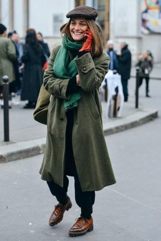 Comment porter une casquette plate: Marie un manteau olive avec une casquette plate pour une tenue relax mais stylée. Complète ce look avec une paire de des chaussures bateau en cuir marron.