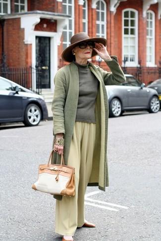 Comment porter: manteau olive, pull à col roulé olive, pantalon large jaune, ballerines en cuir marron