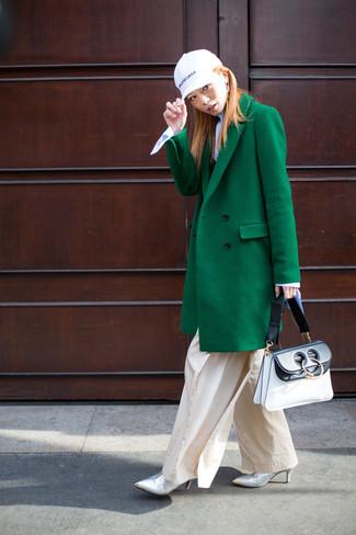 Comment porter un pull à col roulé bleu clair: Essaie d'associer un pull à col roulé bleu clair avec un pantalon large beige pour dégager classe et sophistication. Complète ce look avec une paire de des bottines en cuir argentées.