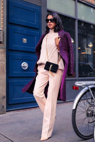 Comment porter: manteau pourpre, pull à col roulé en tricot rose, pantalon large rose, escarpins en cuir beiges