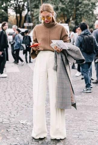 Comment porter des lunettes de soleil jaunes: Pense à associer un manteau à carreaux gris avec des lunettes de soleil jaunes pour un look idéal le week-end. Complète ce look avec une paire de des escarpins en cuir blancs.
