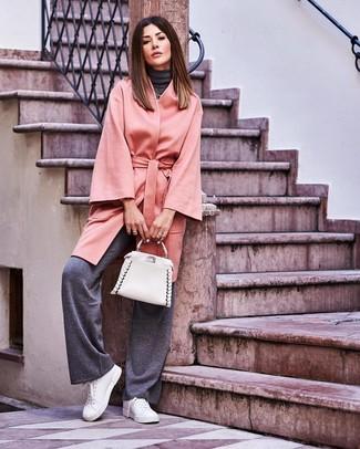 Comment porter: manteau gris, pull à col roulé gris foncé, pantalon large gris foncé, baskets basses en cuir blanches