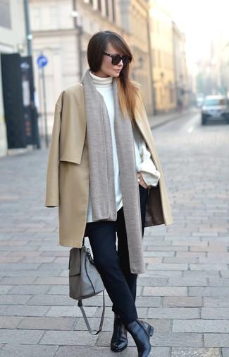 Comment porter: manteau marron clair, pull à col roulé blanc, pantalon slim noir, bottines en cuir noires