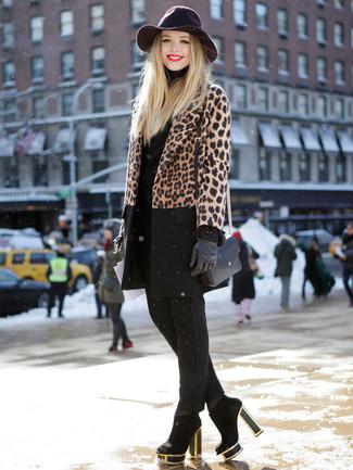 Comment porter: manteau imprimé léopard marron, pull à col roulé noir, pantalon slim noir, bottines en daim noires