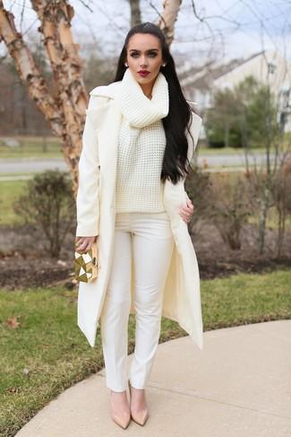Comment porter: manteau beige, pull à col roulé en laine en tricot beige, pantalon slim blanc, escarpins en cuir beiges