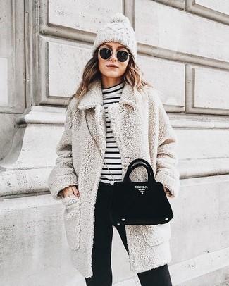 Essaie d'associer un manteau bouclé texturé beige avec un pantalon slim noir Expresso pour une tenue raffinée mais idéale le week-end.