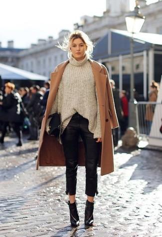 L'association d'un manteau brun clair et d'un pantalon slim en cuir noir est parfaite pour une soirée ou les occasions chic et décontractées. Assortis ce look avec une paire de des bottines en cuir noires.
