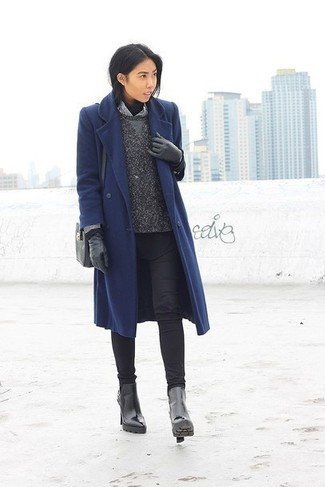 Comment porter un sac bandoulière en cuir noir: Marie un manteau bleu marine avec un sac bandoulière en cuir noir pour un look confortable et décontracté. Complète ce look avec une paire de des bottines en cuir noires.