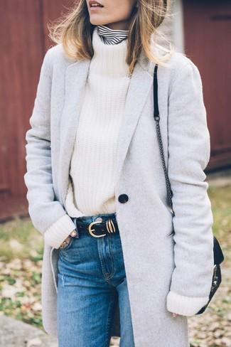 Comment porter: manteau gris, pull à col roulé à rayures horizontales blanc et noir, pull à col roulé en tricot blanc, jean bleu