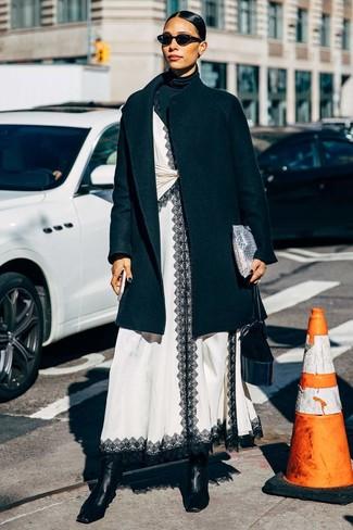Comment porter: manteau noir, pull à col roulé noir, robe nuisette en dentelle blanche et noire, bottines en cuir noires