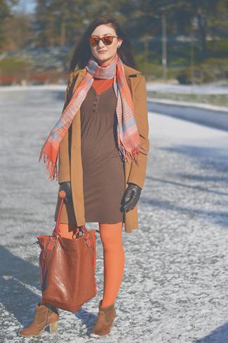 Comment porter: manteau marron clair, pull à col roulé orange, robe-pull marron, bottines en daim marron