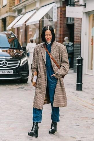 Comment porter un manteau écossais marron: Marie un manteau écossais marron avec une salopette en denim bleue pour un déjeuner le dimanche entre amies. Une paire de des bottines en cuir épaisses noires est une option astucieux pour complèter cette tenue.