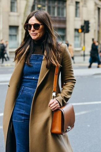 Comment porter une salopette en denim bleue: Choisis un manteau marron clair et une salopette en denim bleue pour un déjeuner le dimanche entre amies.