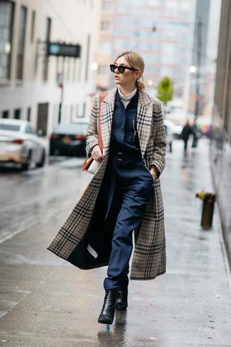 Comment porter un manteau écossais beige: Porte un manteau écossais beige et une combinaison pantalon bleu marine pour une tenue confortable aussi composée avec goût. Cette tenue est parfait avec une paire de des bottines en cuir noires.