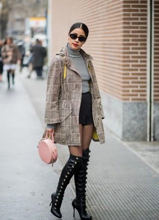 Comment porter: manteau écossais marron, pull à col roulé à rayures horizontales blanc et noir, short noir, cuissardes en cuir noires