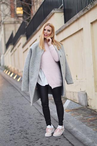 Comment porter: manteau gris, pull à col roulé en mohair rose, t-shirt à col rond blanc, jean skinny en cuir noir