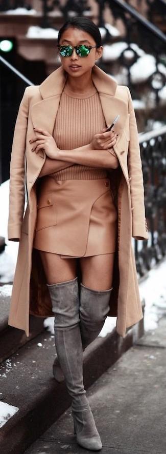 Comment porter: manteau marron clair, pull à manches courtes marron clair, minijupe marron clair, cuissardes en daim grises