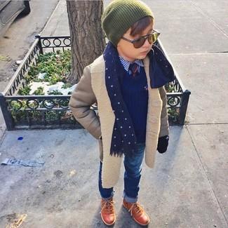 Comment porter: manteau gris, pull bleu marine, chemise à manches longues bleue, jean bleu