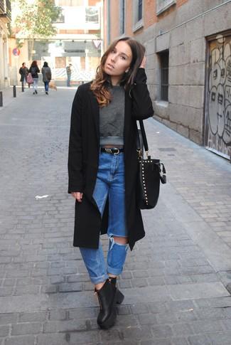 Comment porter: manteau noir, pull court vert foncé, jean boyfriend déchiré bleu, bottines en cuir épaisses noires