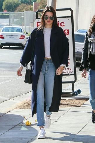 Tenue de Kendall Jenner: Manteau bleu marine, Pull court gris, Jean bleu clair, Baskets basses en toile blanches