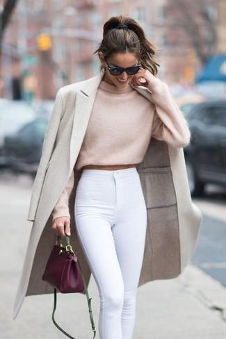 Comment porter: manteau beige, pull court beige, jean skinny blanc, sac bandoulière en cuir pourpre