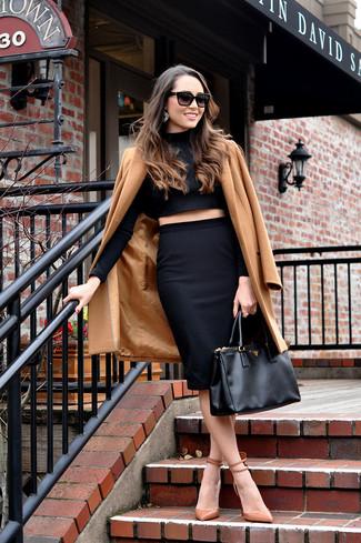 Comment porter  manteau marron clair, pull court noir, jupe crayon noire,  escarpins 09129611232c