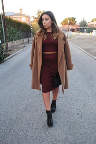 Comment porter: manteau marron clair, pull court bordeaux, jupe crayon bordeaux, bottines en cuir épaisses noires