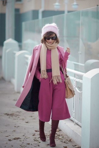Comment porter: manteau rose, pull court fuchsia, jupe-culotte fuchsia, cuissardes en daim bordeaux