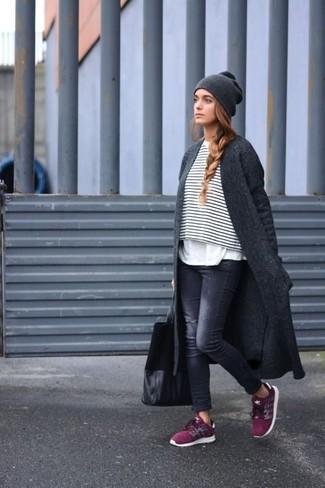 Comment porter: manteau gris foncé, pull court à rayures horizontales blanc et noir, t-shirt à col rond blanc, jean skinny déchiré noir