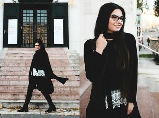Comment porter: manteau noir, pull court noir, top sans manches en dentelle blanc, pantalon slim vert foncé