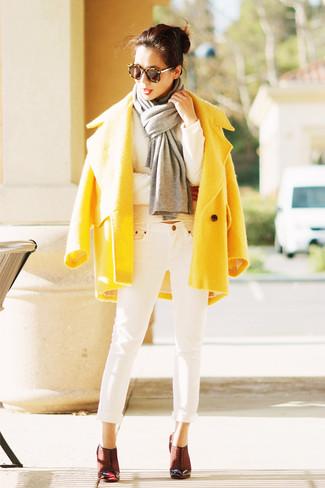 Opte pour le confort dans un pull et un jean blanc. Assortis cette tenue avec une paire de des escarpins en cuir bordeaux pour afficher ton expertise vestimentaire.