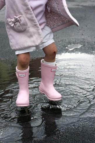 Comment porter: manteau rose, pull rose, short blanc, bottes de pluie roses