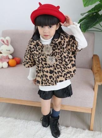 Comment porter: manteau imprimé léopard marron clair, pull blanc, short en cuir noir, bottes noires
