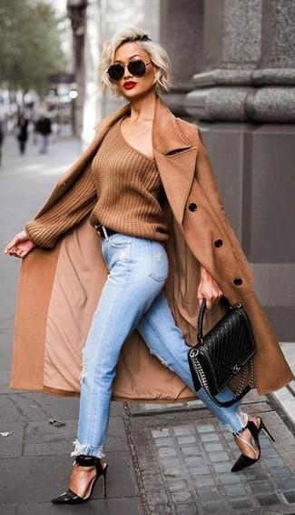 Tenue: Manteau brun, Pull surdimensionné brun, Jean boyfriend déchiré bleu clair, Sandales à talons en cuir noires