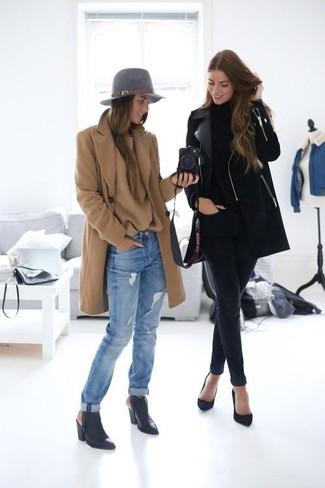 Comment porter: manteau marron clair, pull surdimensionné marron clair, jean boyfriend déchiré bleu clair, bottines en cuir découpées noires