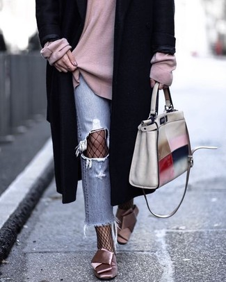 Comment porter: manteau noir, pull surdimensionné rose, jean déchiré bleu clair, escarpins en satin roses