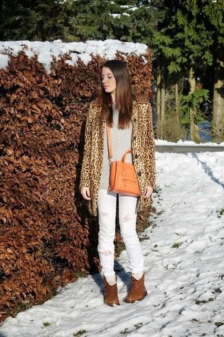Comment porter: manteau imprimé léopard marron clair, pull surdimensionné gris, jean déchiré blanc, bottines plates à lacets en cuir marron
